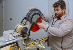 Remplacez une scie dans une coupe en bois a vu dans travailler de bricoleur photographie stock