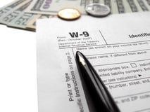 Remplir déclaration de l'impôt W-9 par le crayon lecteur Photographie stock libre de droits