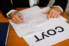 Remplir du rapport sur l'évaluation traumatique de risque du lieu de travail et de la carte de certification photographie stock