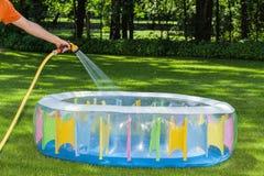 Remplir piscine de tuyau gared Photos libres de droits