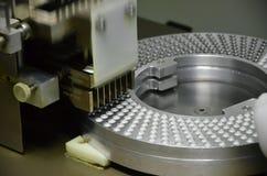 Remplir semi-automatique de capsules Photographie stock