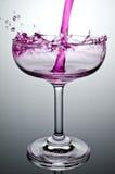 Remplir verre avec de l'eau montrant un concept de boissons photo libre de droits