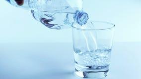 Remplir verre avec de l'eau par la bouteille, la nutrition et les soins de santé clips vidéos