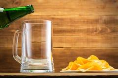 Remplir verre de la bière sur le fond d'un mur en bois Image libre de droits