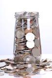 Remplir vers le haut des pièces de monnaie au verre pour l'investissement photographie stock libre de droits