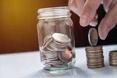 remplir vers le haut des pièces de monnaie pour inventer les piles et le verre pour l'investissement dans le f photos libres de droits