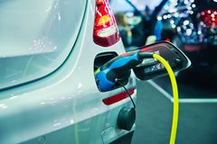 Remplissage d'un véhicule électrique Photo stock