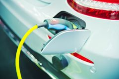 Remplissage d'un véhicule électrique Photo libre de droits