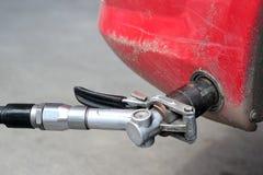Remplissage d'un véhicule de gaz naturel Image libre de droits