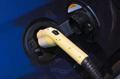 Remplissage d'un véhicule hybride électrique Photo stock