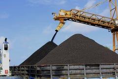 Remplissage d'une deuxième montagne de charbon Photo stock