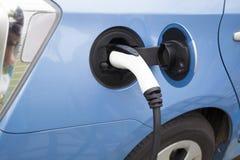 Remplissage d'une voiture électrique Image stock
