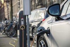 Remplissage d'une voiture électrique dans la station publique Photographie stock libre de droits