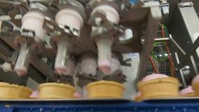 Remplissage des tasses de gaufrette avec la crème glacée  clips vidéos