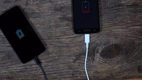 Remplissage futé de deux téléphones lié aux cordes Statut de charge de batterie banque de vidéos