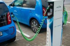 Remplissage moderne de voiture électrique Images stock