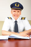 Remplissage pilote de compagnie aérienne en journal dans ARO Photographie stock