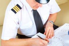 Remplissage pilote de compagnie aérienne en journal dans ARO Photos libres de droits
