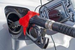 Remplissant de combustible le véhicule du côté incliné images libres de droits