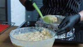 Remplissant et faisant la couche cuire au four de gâteau pour faire le gâteau d'écrou-banane, le processus complet de faire un gâ banque de vidéos