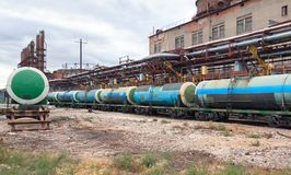 Remplissant le chemin de fer de produits chimiques wagons échoue sur l'usine Photos libres de droits