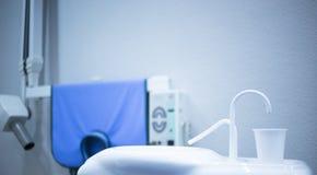 Remplisseur de robinet de tasse de rinçage à l'eau de dentiste dans les dentistes dentaires de clinique image stock