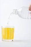 remplissez eau minérale en verre Images stock
