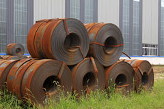 Remsan stålsätter rått materiellt i en fabrik Royaltyfria Bilder