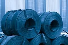 Remsan stålsätter rått materiellt i en fabrik Royaltyfria Foton