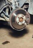 Remschijven op de machine met de verwijderde wielen op de hefbomen royalty-vrije stock afbeelding