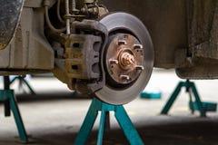 Remschijven op de machine met de verwijderde wielen op de hefbomen wielvervangingen royalty-vrije stock afbeeldingen