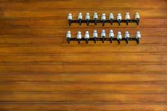 Remsor av keramiska isolatorer på en trävägg royaltyfria foton