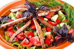 Remsor av steknötkött och sauteed grönsaker. Sallad Arkivfoto