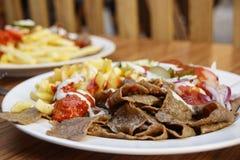 Remsor av stekt kött med stekt potatisar och ketchup Royaltyfria Bilder