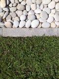 remsor av stenen, trottoarkanten och gräs Arkivbilder