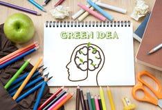 Remue méninge avec le concept créatif d'idée verte photos stock