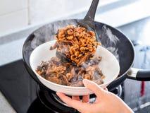 Remuez faire frire des remplissages utilisés en boulette de zhonzi ou de riz sur Dragon Boat Festival photos stock