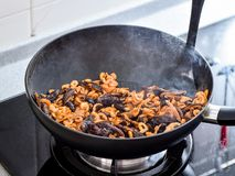 Remuez faire frire des remplissages utilisés en boulette de zhonzi ou de riz sur Dragon Boat Festival photos libres de droits