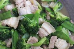 Remuez Fried Broccoli, pois avec du porc croustillant avec de la sauce à huître, avez fait frire le brocoli végétal pour le foyer image stock