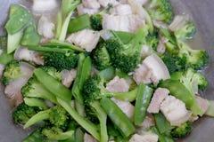Remuez Fried Broccoli, pois avec du porc croustillant avec de la sauce à huître, avez fait frire le brocoli végétal pour le foyer photos stock