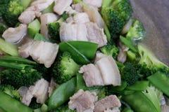 Remuez Fried Broccoli, pois avec du porc croustillant avec de la sauce à huître, avez fait frire le brocoli végétal pour le foyer images stock