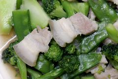 Remuez Fried Broccoli, pois avec du porc croustillant avec de la sauce à huître, avez fait frire le brocoli végétal pour le foyer images libres de droits