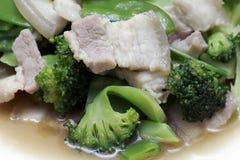 Remuez Fried Broccoli, pois avec du porc croustillant avec de la sauce à huître, avez fait frire le brocoli végétal pour le foyer photographie stock