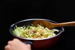 Remuez Fried Mixed Vegetable dans la source de chaleur de casserole de téflon par inductio images libres de droits