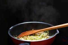 Remuez Fried Mixed Vegetable dans la source de chaleur de casserole de téflon par inductio photos stock