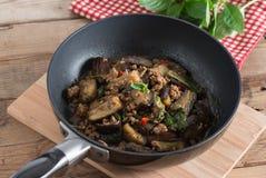 Remuez l'aubergine frite avec du porc et le basilic hachés Photo stock