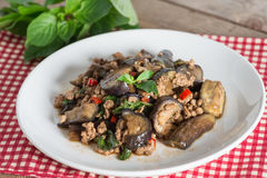 Remuez l'aubergine frite avec du porc et le basilic hachés Images stock