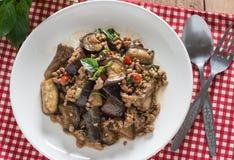 Remuez l'aubergine frite avec du porc et le basilic hachés, vue supérieure Photo libre de droits