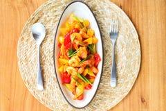 Remuez la crevette frite avec la sauce aigre-doux photographie stock