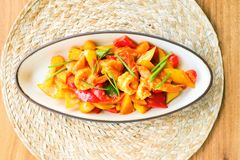 Remuez la crevette frite avec la sauce aigre-doux photos stock